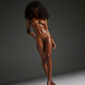Jonna - Afrikanisches sportliches Escort in Berlin mit dicken Titten bietet Anal Sex